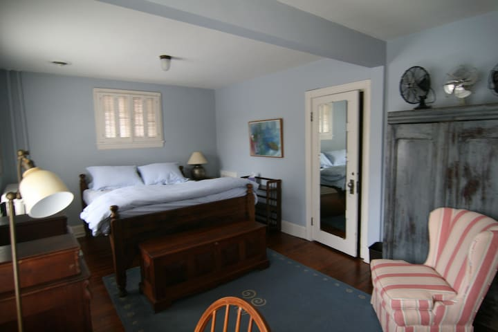 Spacious room with queen bed