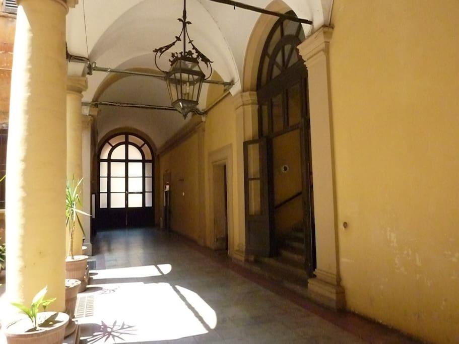 Le scale sono sulla destra