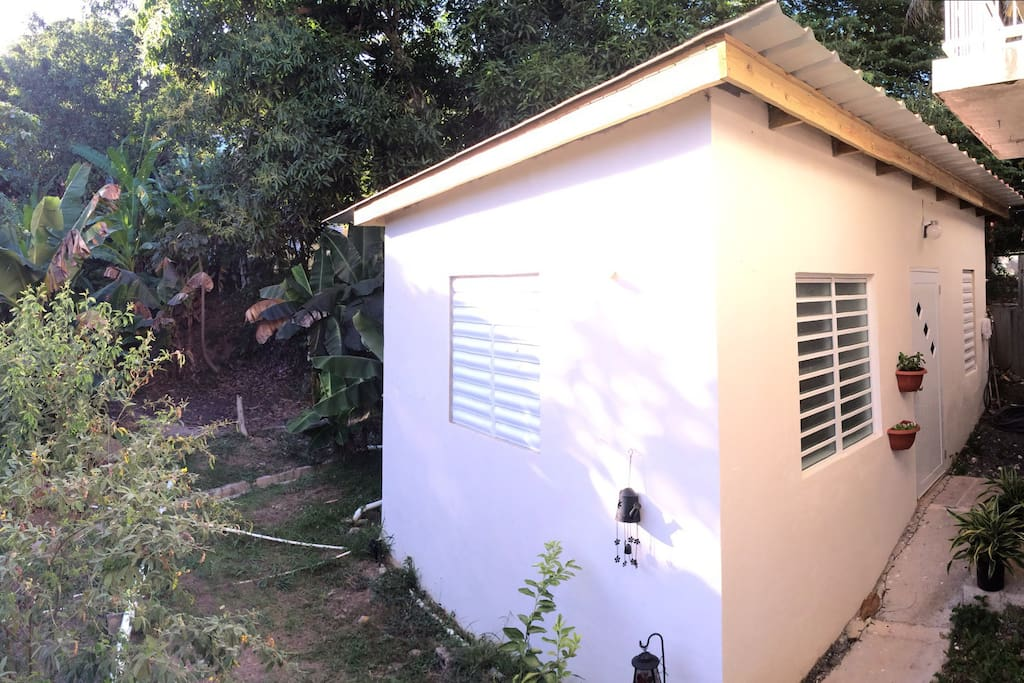 Cute little house near the beach, in a quiet residential neighborhood.Located just behind another house.