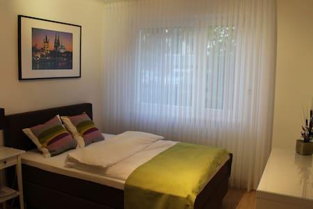 Luxuriöses Zimmer mit TV/Dusche/WC - Kaarst - Inap sarapan