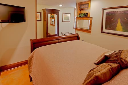 Wine Cellar Room | Queen Suite - Rockton - Bed & Breakfast