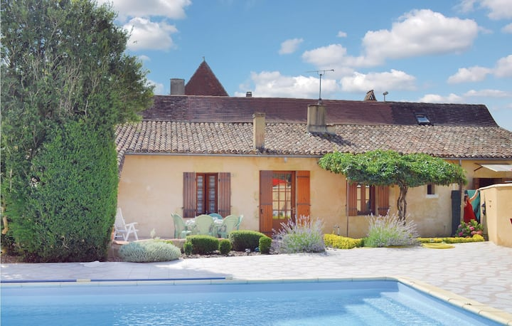 Amazing home in St Pierre d'Eyraud with WiFi and 3 Bedrooms