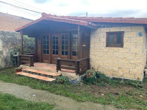 Acogedora casa de madera con porche y jardin.