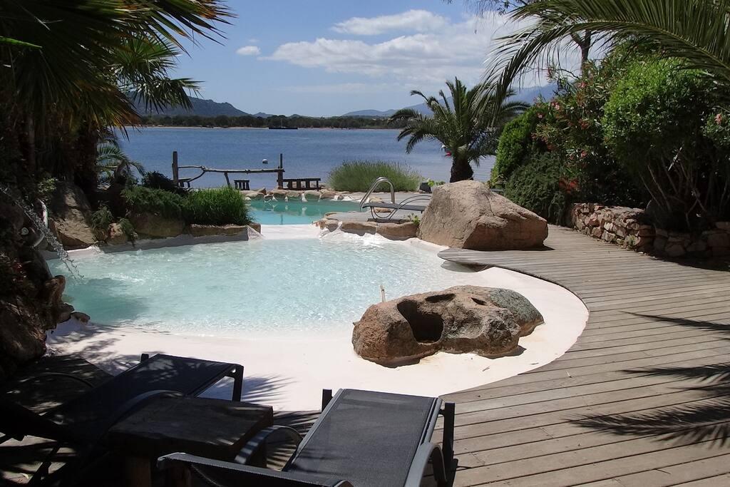L'autre piscine devant la mer avec le bassin enfants