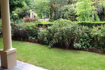 Leafy Garden Setting - Берри