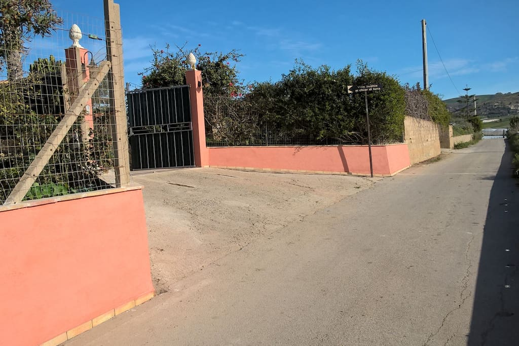Accesso alla villa dal lato di arrivo.