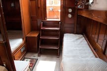 Yacht entrance: Guests cabin on the left with a double bed + a single bed on the right