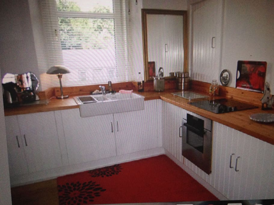 Bright spacious fitted kitchen,includes hob ,dishwasher and washing machine,