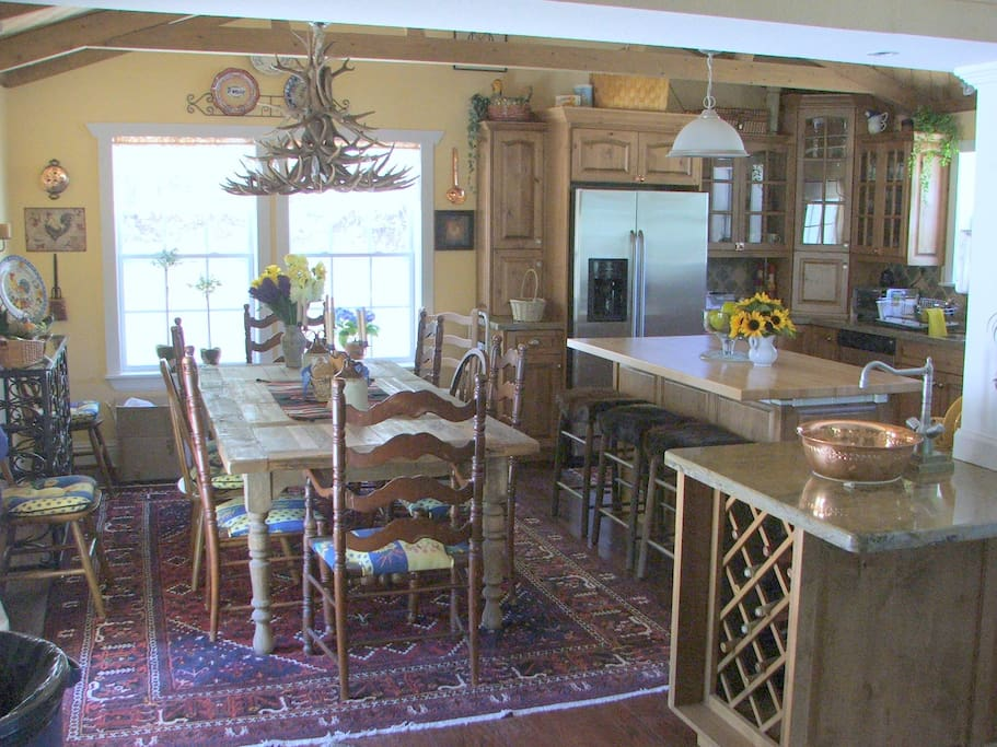 Fully-equipped kitchen and 10-seat dinning table