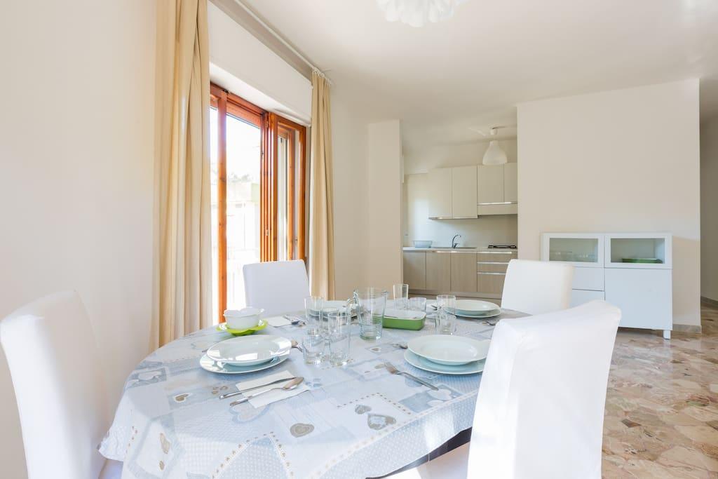 angolo pranzo in soggiorno, con apertura sulla cucina