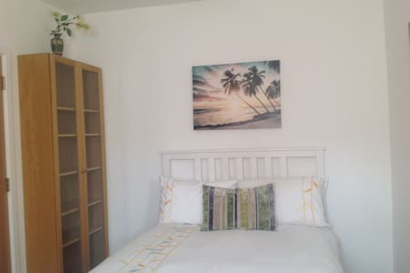 Lovely double room in a family home. - Mile End - Stadswoning