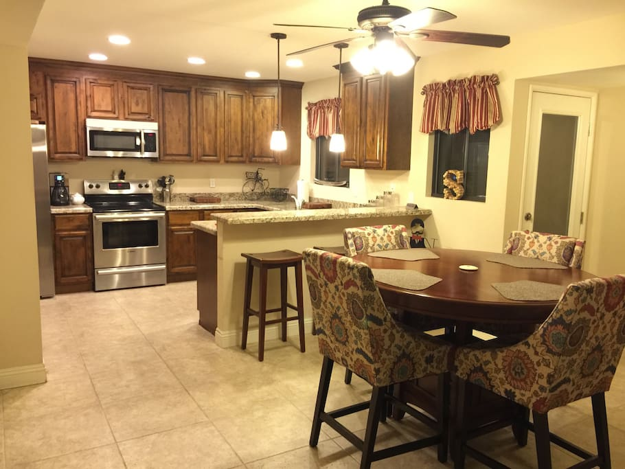 Kitchen w/breakfast bar and dining area