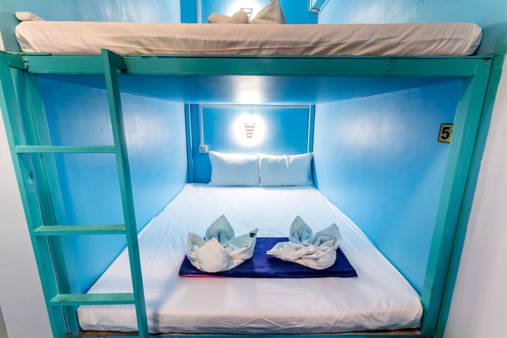 6 beds dormitory in capsules style