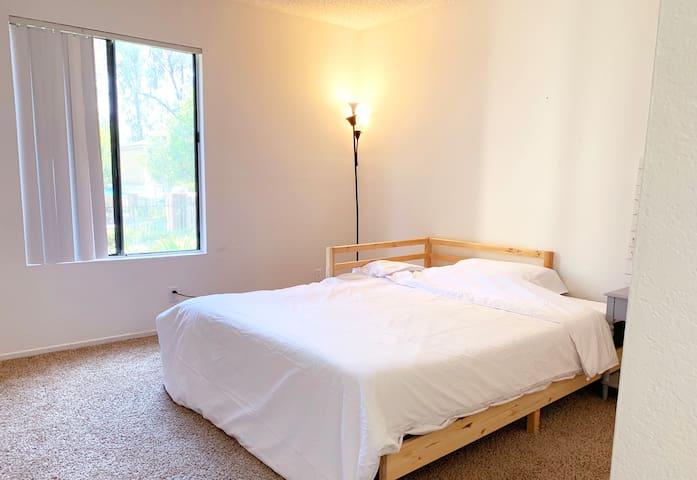 罗兰岗高档公寓大床房,独立卫生间,独立区域,有门独立管理,私密舒适。自然光线充足,房间大空间很大