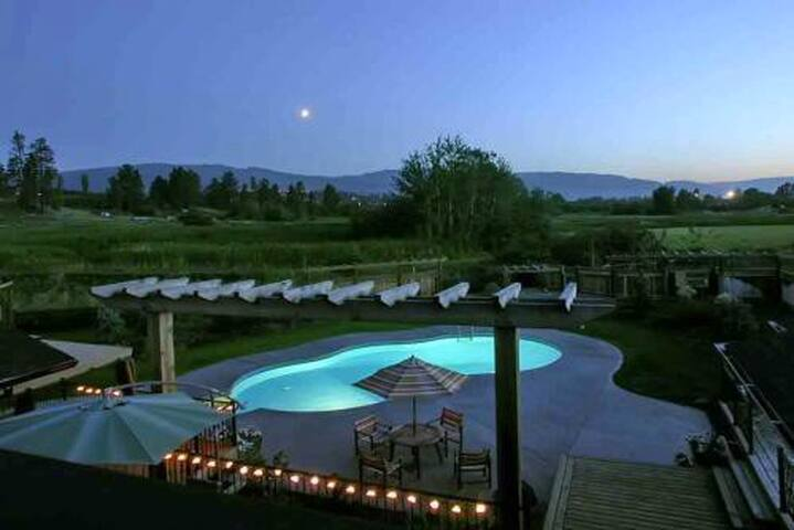 Equestrian estate pool home houses for rent in kelowna for Pool design kelowna