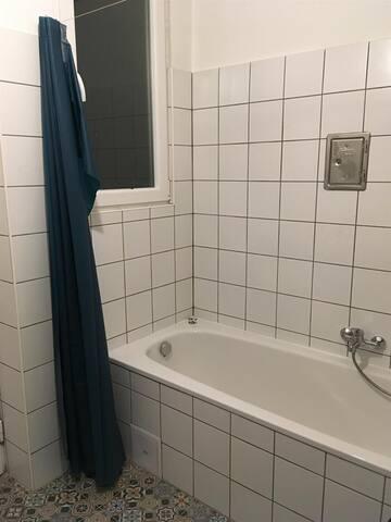 banyoda resimde görüldüğü üzere kuvet bulunmaktadır ayrıca havlular yenilenir