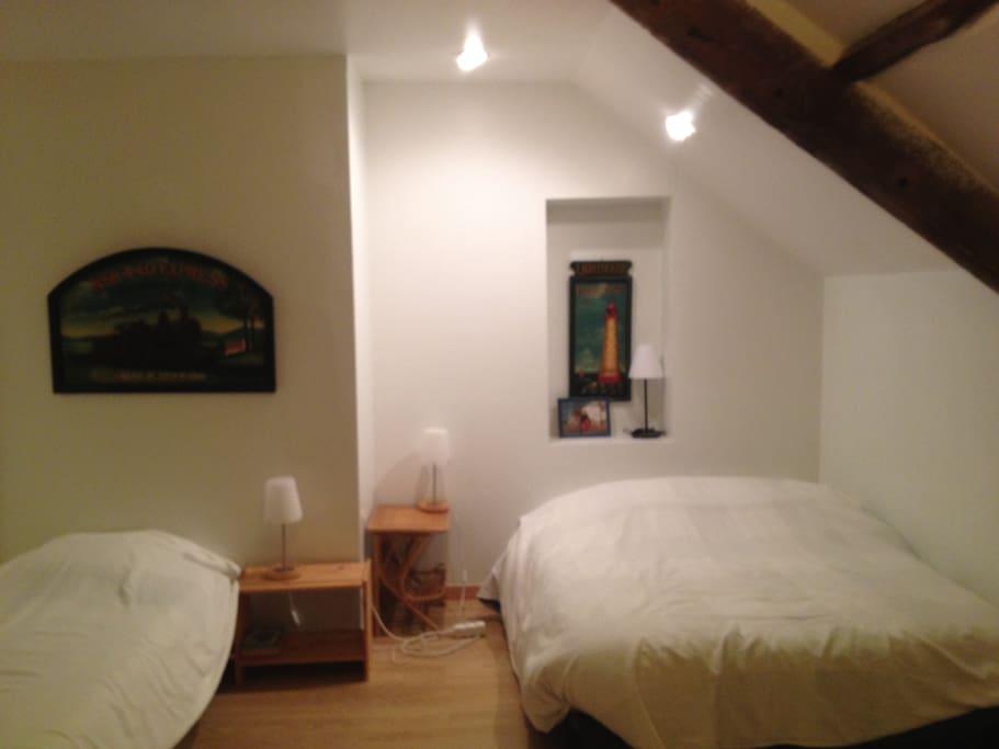 chambre 2 :  1 grand lit et 2 lits simples