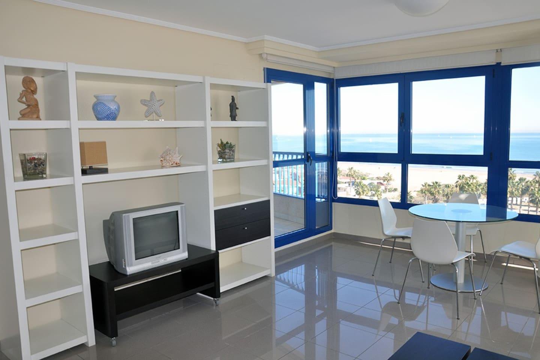 Amplio Salón con vistas al mar.