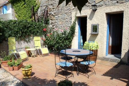 Charming Wine Village Home w Garden - Saint-Jean-de-Barrou - Hus