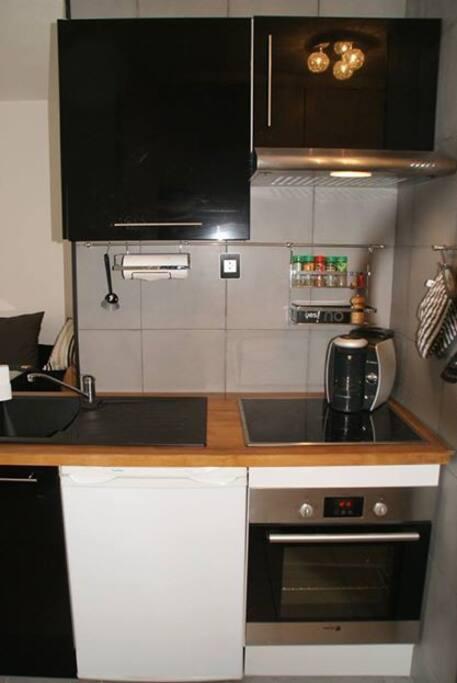 Cuisine équipée ; Plaque de cuisson , hotte , Four , Machine a café , Four a micro ondes