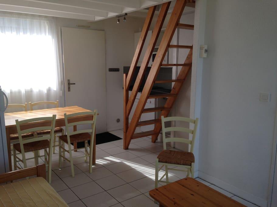 pièce de vie, coin repas, kitchnett, escalier (pentu)