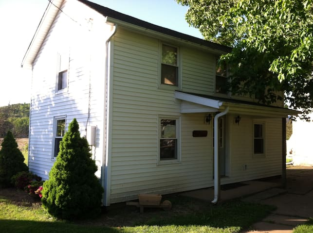 Charming 2B Cottage in Farm Setting - Lock Haven - Hus