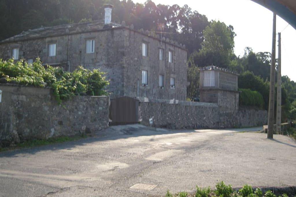 fachada y aparcamiento exterior