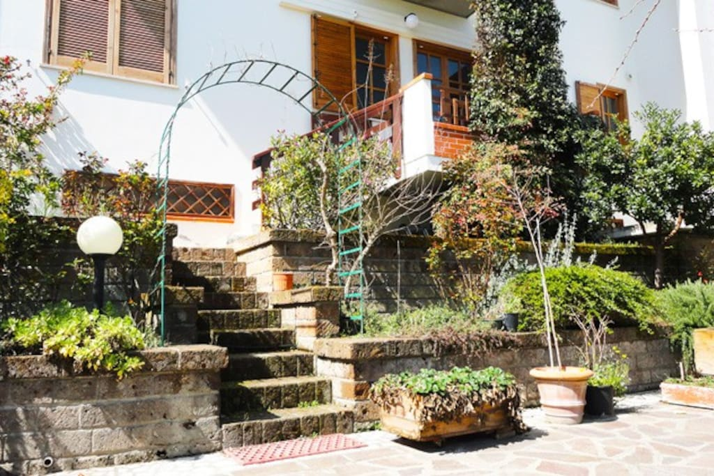 Main entrance to the guest apartment from the garden...