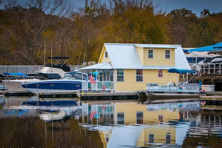 Floating Bungalow Vacation Home - Sanford