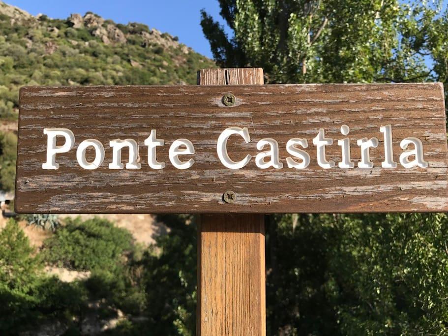 Panneau à l'entrée du hameau devant lequel vous devez passer