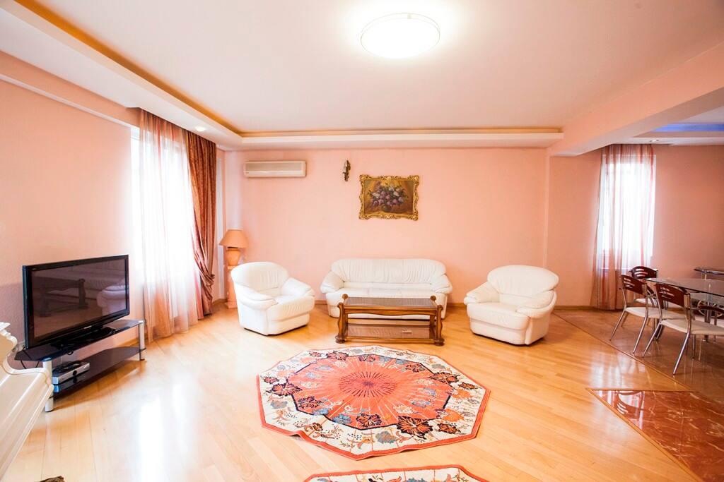гостиная с белым роялем