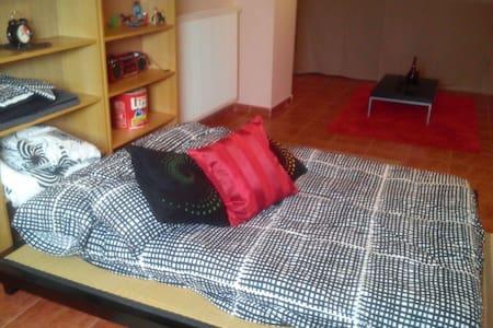 se alquila habitacion con salon - alcala de henares - Casa