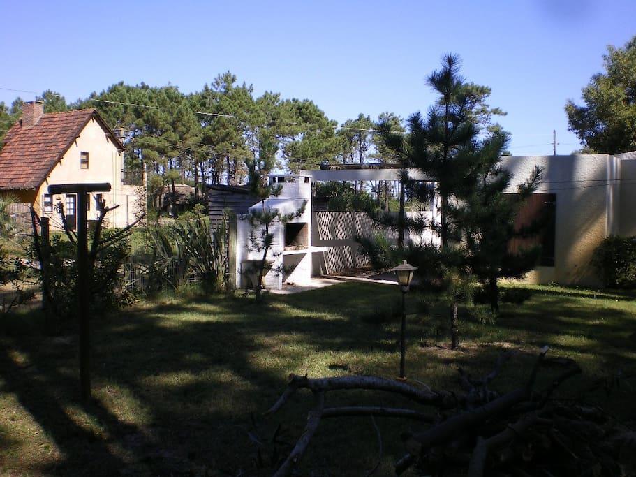 Vista desde jardin trasero y parrilla