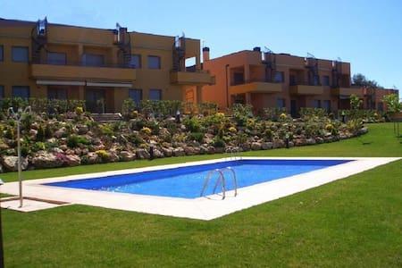 Apart. PB con jardin priv y piscina - Hus