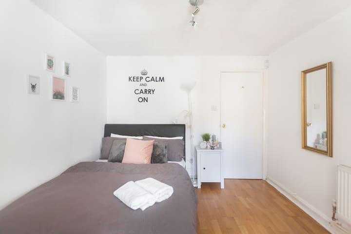 3 Bedroom Flat in Camden with Patio