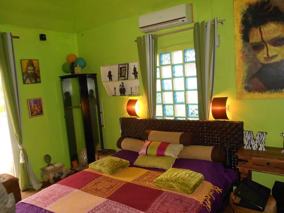 La chambre avec le climatiseur 12 000BTU avec l'ouverture à briques de verre.