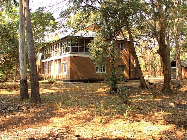 Colonial House close to Lake Malawi - Karonga - House