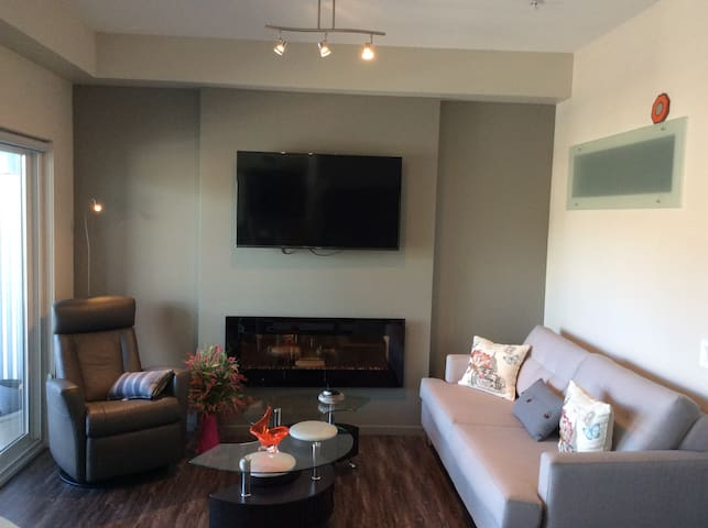 Exec-2 Bdrm Condo in Heart of downtn w/ fireplace