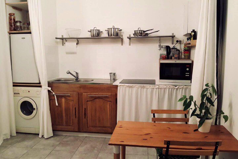 petit coin cuisine, où vous disposez de tout le nécessaire et même d'une machine à laver !