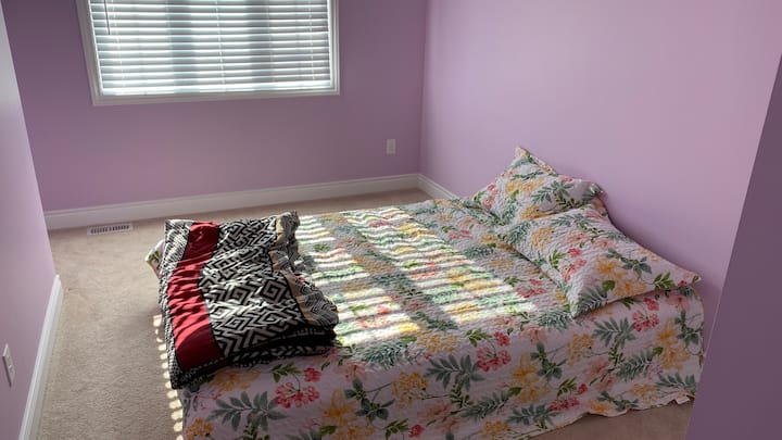 Private Room (Queen bed) with free Parking