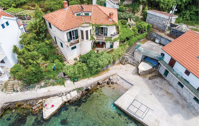 Holiday cottage with 3 bedrooms on 111m² in Herceg Novi