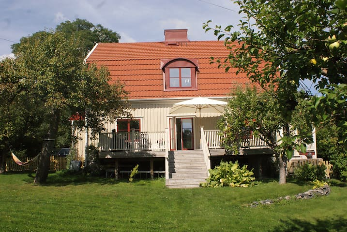 Charming family home, large garden, near the city - Gothenburg - House