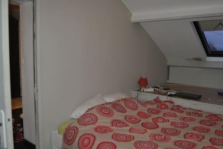 Chambre coquette avec salle de bain - Neuville-en-Ferrain