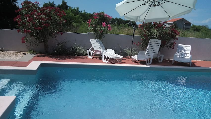 Apartment wit heated pool for 2- 4 person - Privlaka - Apartmen
