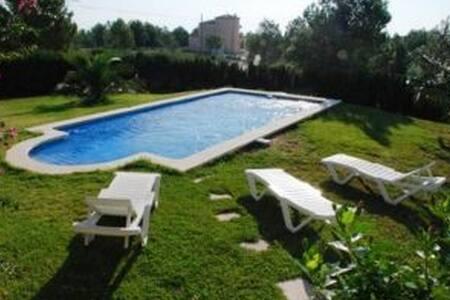 bonita villa con jardin y piscina  cerca playa - L'Ametlla de Mar - Chalé