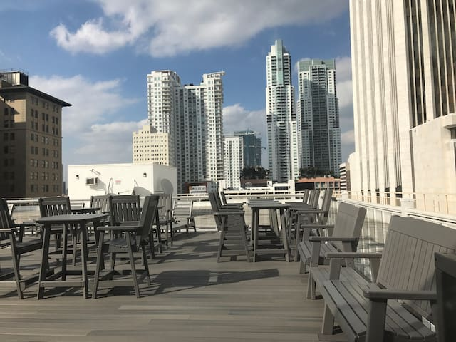 Downtown Miami w/parking, WiFi, large sleeps 6 ppl