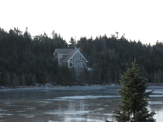 Executive home on a lake - Whitbourne - House