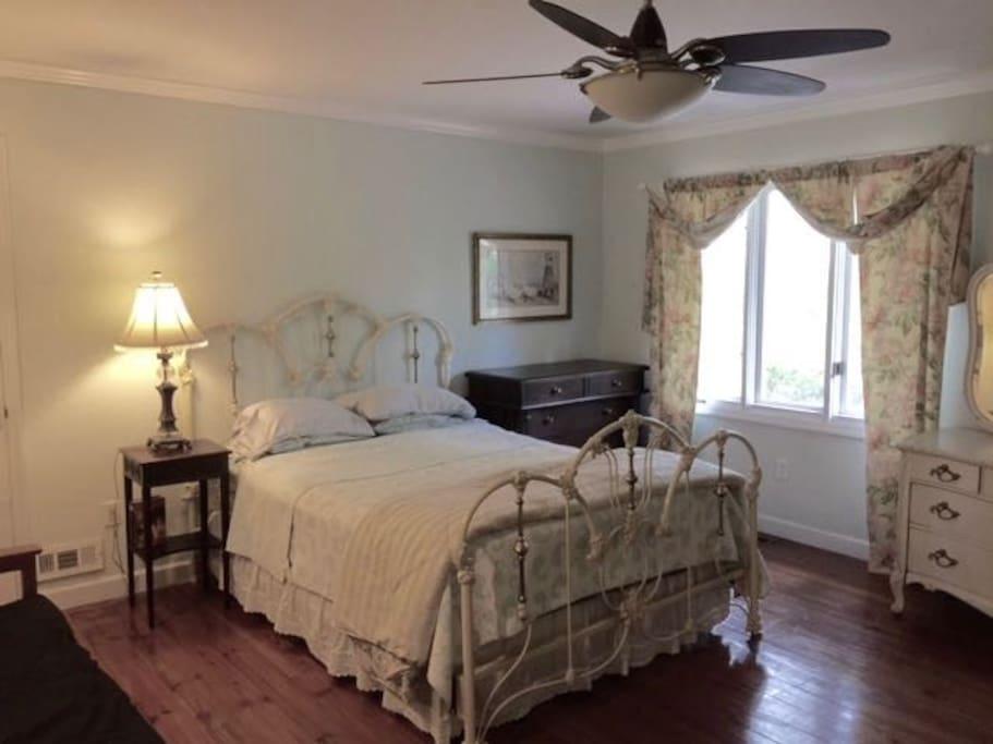 Huge bedroom w hardwood floors