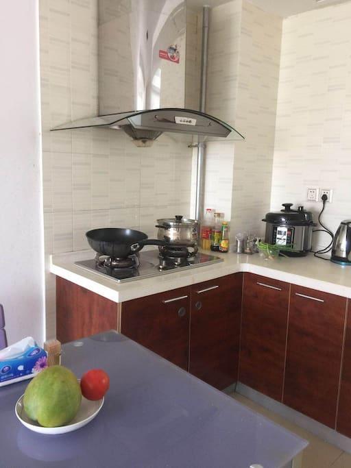 简单的厨房,液化气,电饭锅,盆碗齐全,也可以自己买碗筷干净卫生