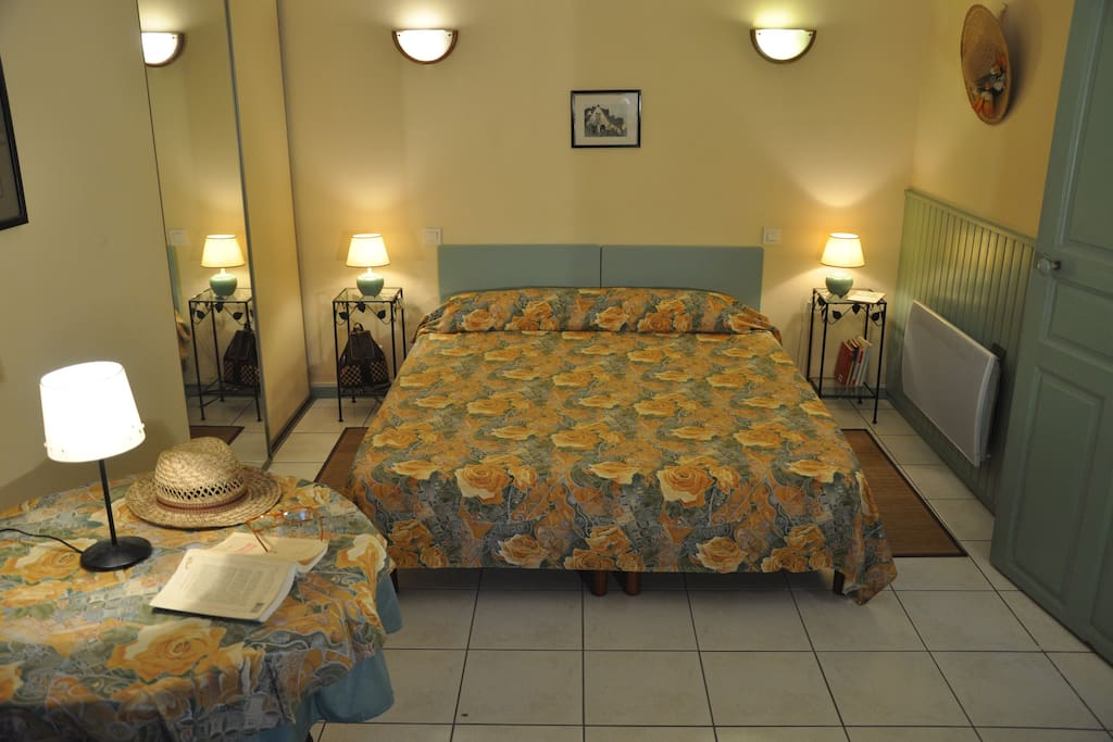 chambre chez l 39 habitant 7 kms pau chambres d 39 h tes louer laroin aquitaine limousin poitou. Black Bedroom Furniture Sets. Home Design Ideas